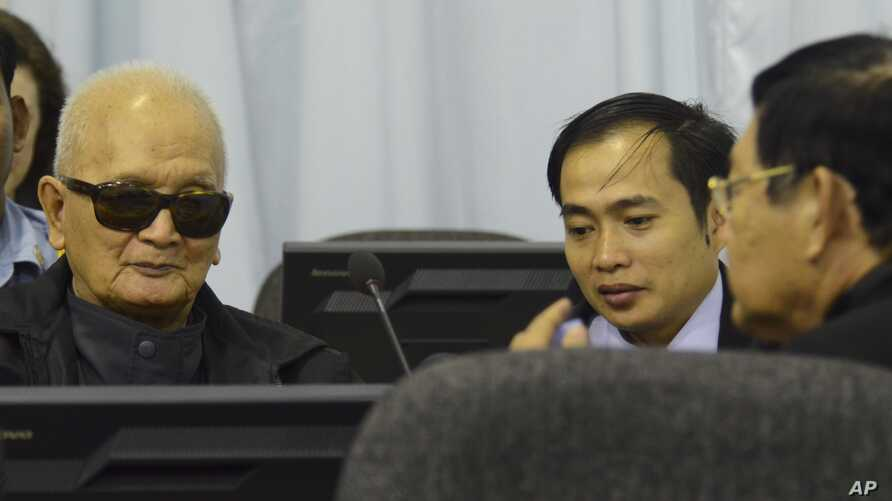 Nuon Chea, left, also known as Brother Number Two, attends testimony of former Khmer Rouge leaders, Phnom Penh, March 20, 2012.