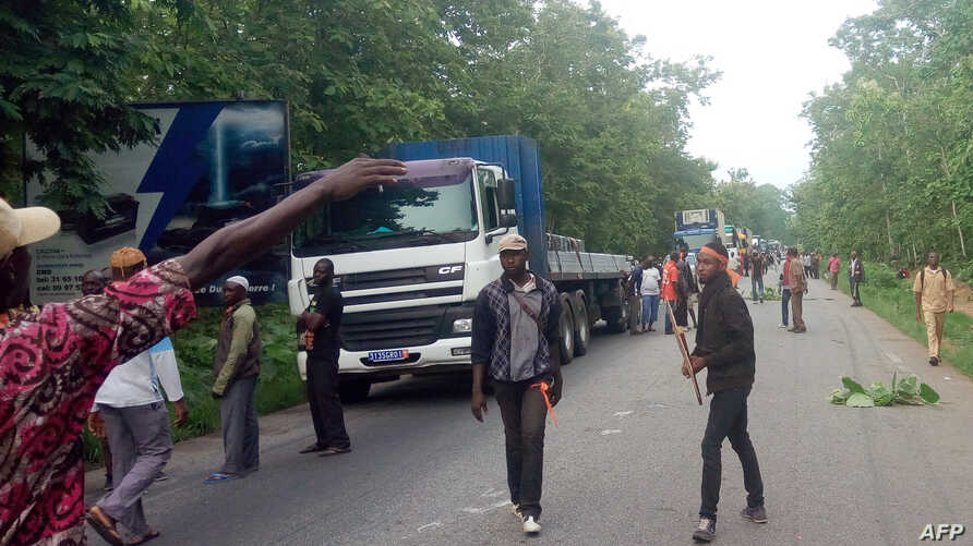 Several hundred ex-rebels block access to Bouake, their former stronghold in central Ivory Coast, on May 8, 2017, to press pay demands after a mutiny in January that led to a deal.