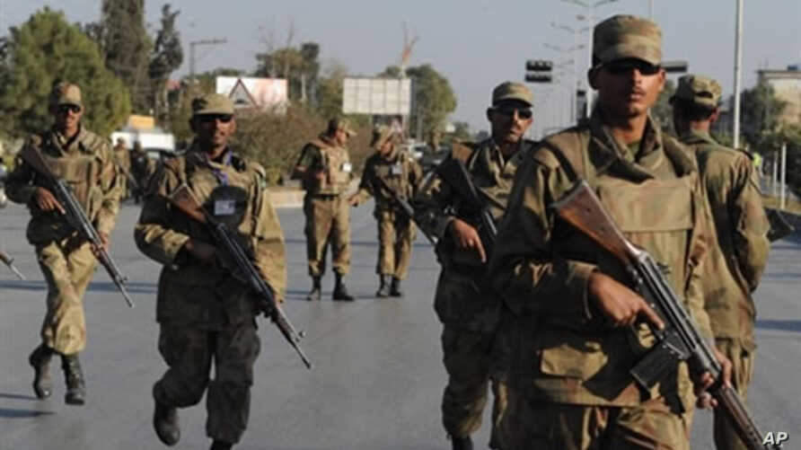 Pakistani soldiers take up position outside a besieged mosque in Pakistan's garrison city Rawalpindi, 04 Dec 2009