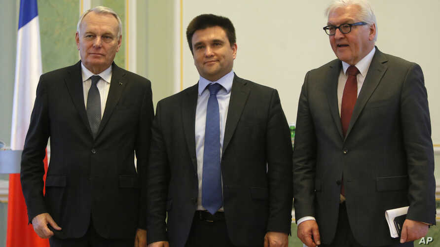 From left, French foreign minister Jean-Marc Ayrault, Ukraine Foreign Minister Pavlo Klimkin and German Foreign Minister Frank-Walter Steinmeier pose for a photo after news conference in Kyiv, Ukraine, Feb. 23 2016.