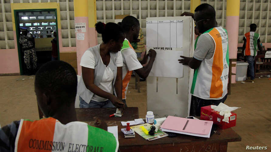 Polling agents count ballots at a polling station during the referendum for a new constitution, in Abidjan, Ivory Coast, October 30, 2016. The country's top court validated the results of the election, Friday, November 4, 2016.