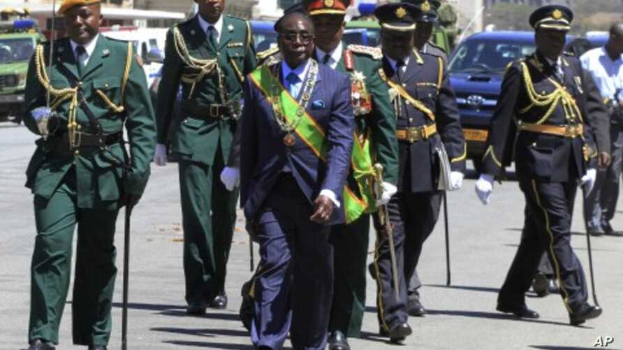 Zimbabwe's President Robert Mugabe (C) leaves after opening the 4th Session of the 7th Parliament in Harare September 6, 2011.