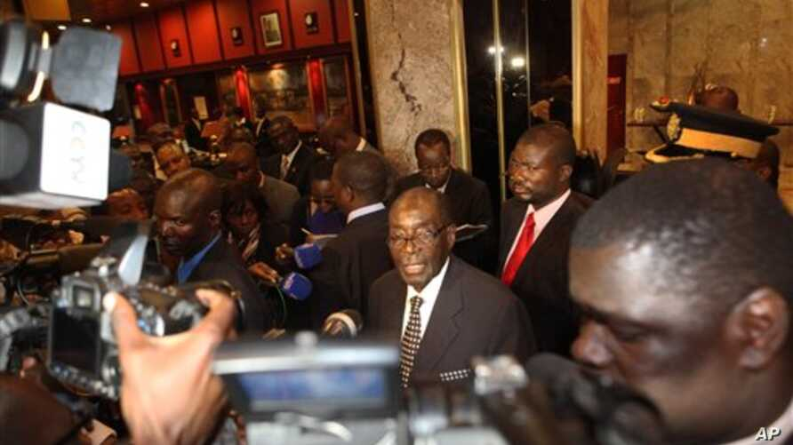 Zimbabwean President Robert Mugabe (C) briefs journalists on the progress made on the implementation of The Global Political Agreement , in Harare, Zimbabwe, August 15, 2012.