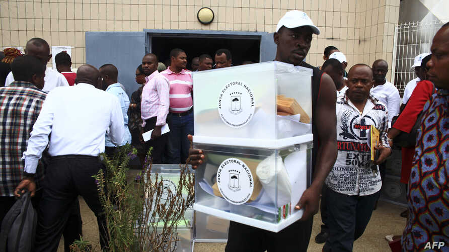 A man carries a ballot box in Malabo on April 23, 2016 on the eve of the first round of the Equatorial Guinea presidential elections.