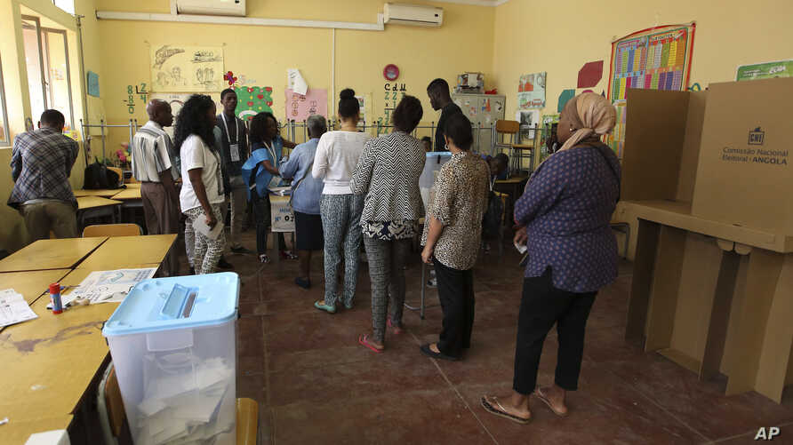 Voters queue to cast ballots in presidential elections in Luanda, Angola, Aug. 23, 2017. Defense Minister, Joao Lourenco was the front-runner to succeed President Jose Eduardo dos Santos, who will step down after 38 years in power.