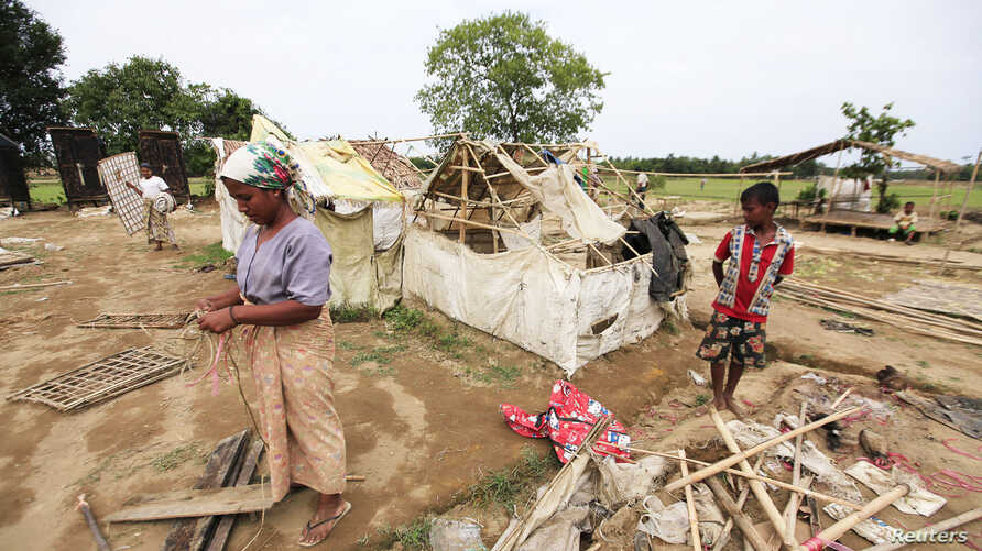 People dismantle tents before moving to safer grounds in light of an approaching cyclone, in an internally displaced persons (IDP) camp for Muslims, outside Sittwe, Burma, May 13, 2013.