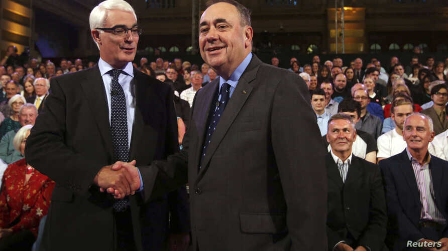 Better Together leader Alistair Darling (L) and First Minister of Scotland Alex Salmond shakes hands at the second television debate over Scottish independence at Kelvingrove Art Gallery and Museum in Glasgow, Aug. 25, 2014.