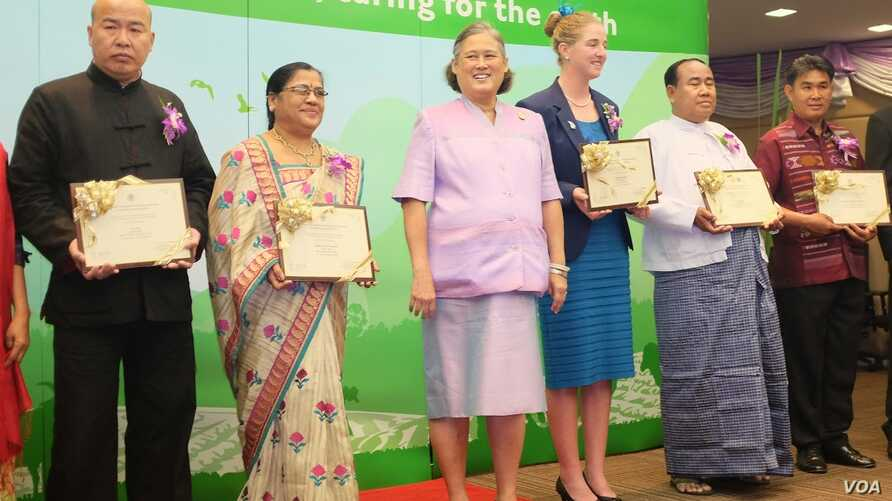 """""""Model"""" family farmers from China, India, New Zealand, Myanmar and Thailand hold their FAO citations as they pose with Princess Maha Chakri Sirindhorn."""