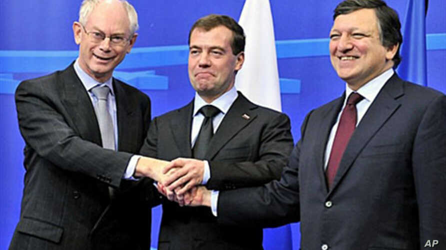 EU President Herman Van Rompuy (l) and EC President Jose Manuel Barroso (r) welcome Russian president Dmitri Medvedev before an EU-Russia summit at the EU headquarters in Brussels, Dec 7, 2010