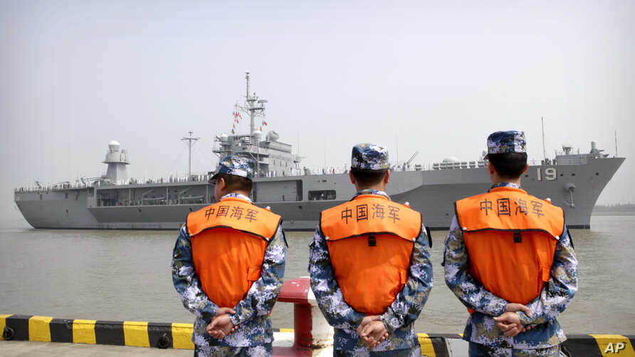 Soldiers from the Chinese People's Army (PLA) Navy watch as the USS Blue Ridge arrives at a port in Shanghai, May 6, 2016. The commander of the US Navy's 7th Fleet has dismissed the cancellation of a planned port visit to Hong Kong by an American air