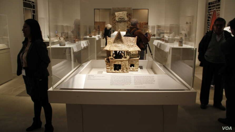 In some of more detailed pieces in the Metropolitan Museum of Art exhibit, there are examples of how people of the ancient Americas feasted; how the deceased, in many cases, were given places of honor; and what life was like.