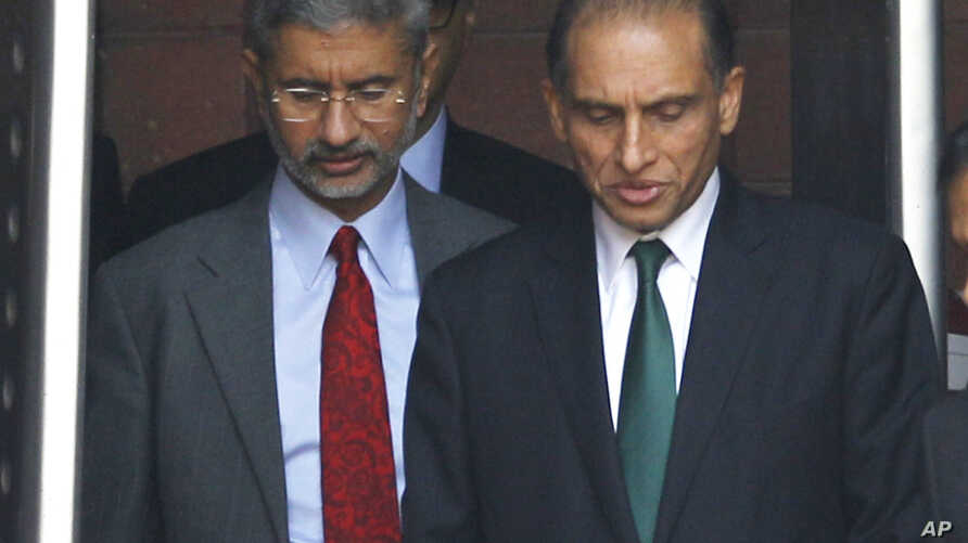India's foreign secretary Subramanyam Jaishankar, center left, and Pakistan's foreign secretary Aizaz Ahmad Chaudhry, right, exit a meeting in New Delhi, India, April 26, 2016. Chaudhry is visiting India for the annual Heart of Asia conference on Afg