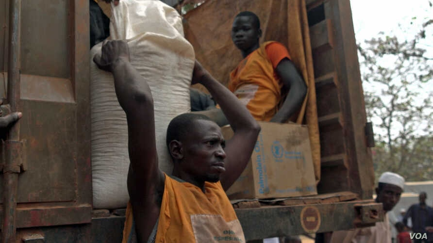 Humanitarian workers distribute food at an internally displaced persons camp in Bambari, Central African Republic, Jan. 2017.