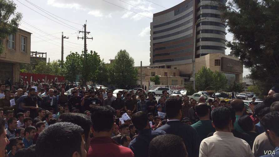 Hundreds of Iranian Kurds gather outside a municipal building in Baneh, Iran, for an anti-government protest, April 26, 2018.