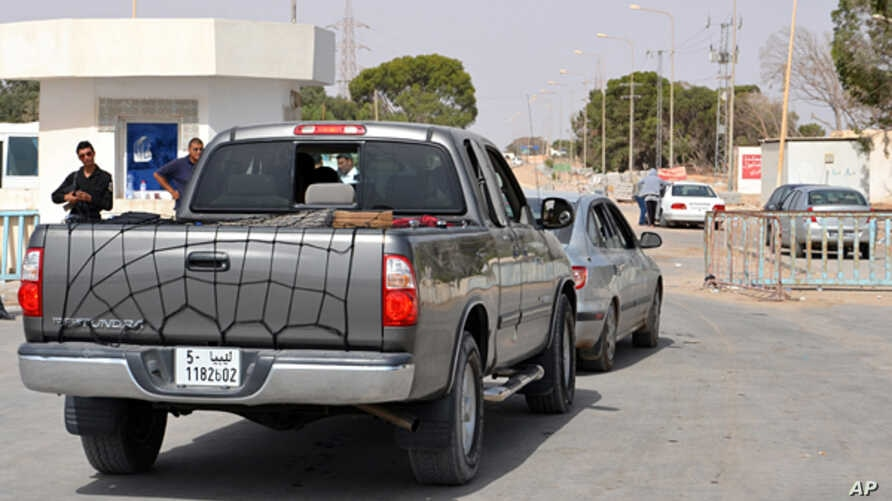 Cars belonging to Libyans line up to cross into Tunisia at the Ras Ajdir border post between Libya and Tunisia, southern Tunisia, July 31, 2014.