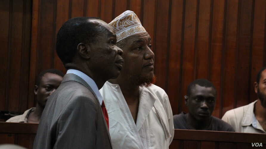 Radical Kenyan cleric Sheikh Abubakar Shariff, also known as Makaburi, right, with his lawyer, at the high court in Mombasa, October, 2013. (Mohammed Yusuf/VOA)