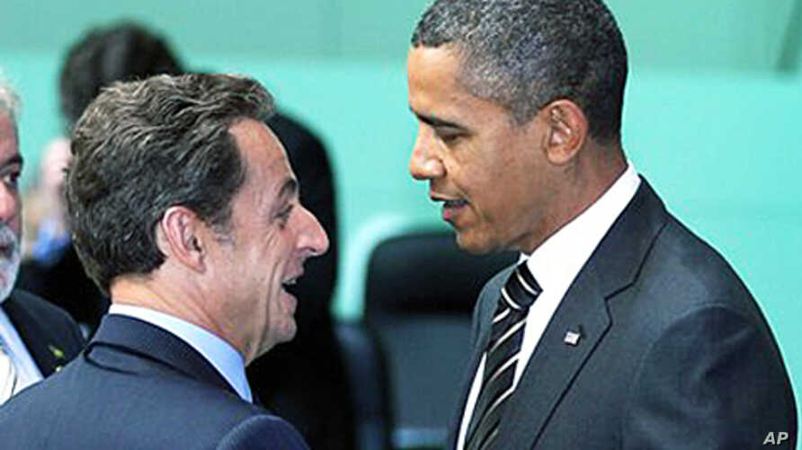 U.S. President Barack Obama, right, and France's President Nicolas Sarkozy talk before the opening plenary session of the G20 Summit in Seoul, South Korea (file photo – 12 Nov 2010)