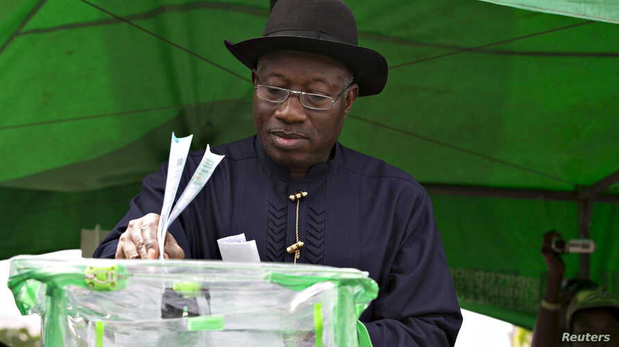 Nigeria's President Goodluck Jonathan casts his ballot in his ward at Otuoke, Bayelsa state, March 28, 2015.