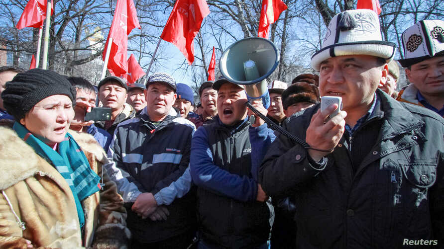 Supporters of detained opposition politician Omurbek Tekebayev, the leader of the Ata Meken (Fatherland) party, hold a rally in Bishkek, Kyrgyzstan, Feb. 26, 2017.