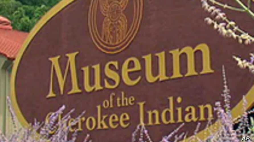 Cherokee Indians Teach Tourists in North Carolina