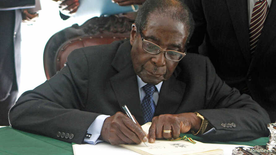 Zimbabwe President Robert Mugabe signs Zimbabwe's new constitution into law in Harare,  May 22, 2013.