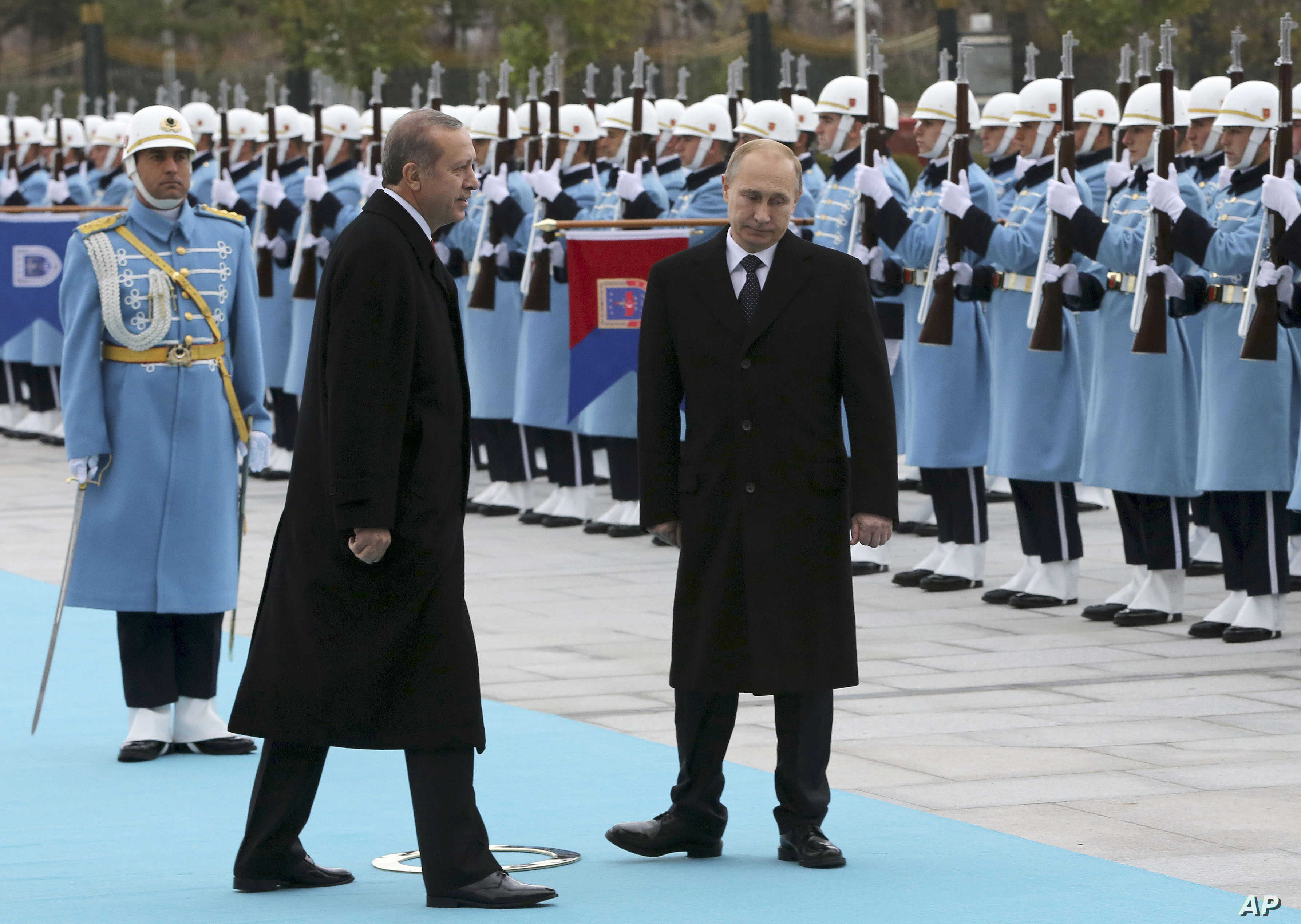 FILE - Russian President Vladimir Putin (R) and his Turkish counterpart  Recep Tayyip Erdogan inspect military honour guard during a welcome ceremony in Ankara, Turkey, Dec. 1, 2014.