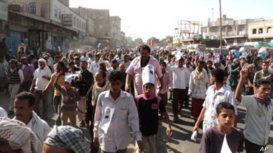 Thousands of Yemeni supporters of the separatist Southern Movement demonstrate on December 12, 2010 in the southern Yemeni town of Daleh against a death sentence handed down the previous day for bombings that reportedly killed at least three people.
