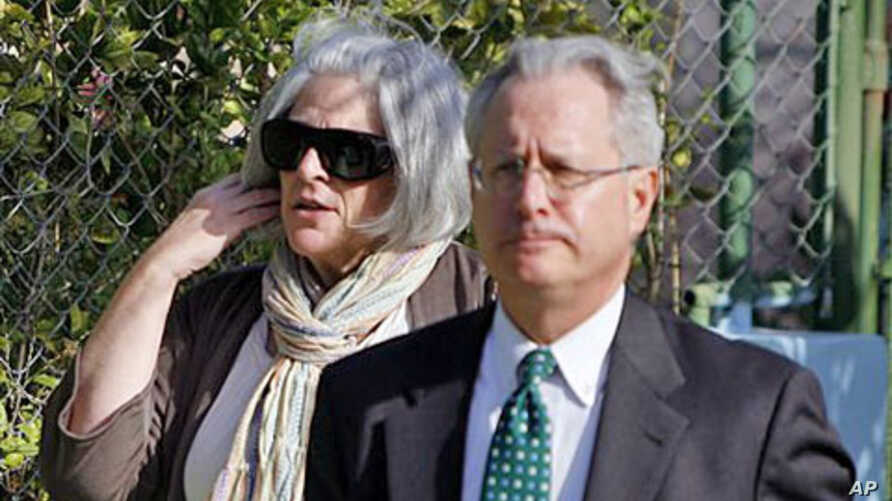 Judy Gross, left, wife of US government contractor Alan Gross, and US lawyer Peter J. Kahn arrive to the courthouse where Gross is on trial,  accused of 'acts against the integrity and independence' of Cuba, in Havana, Cuba, March 4, 2011