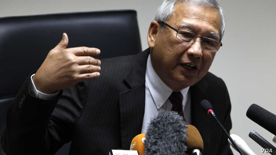 Thailand's interim prime minister Niwatthamrong Boonsongphaisan gestures during a news conference at the Permanent Secretary of Defence in Bangkok, May 12, 2014.