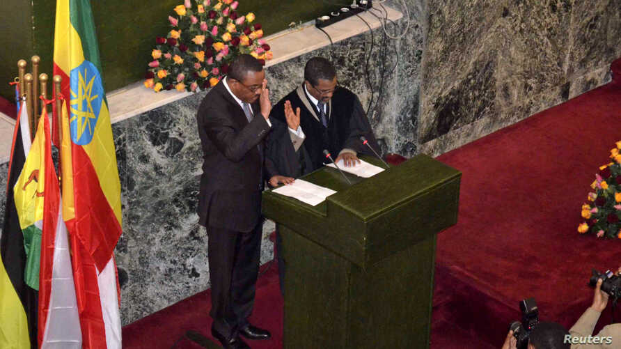 The new Ethiopian Prime Minister Hailemariam Dessalegn (L) takes the oath of office during the swearing-in ceremony in Addis Ababa, September 21, 2012.
