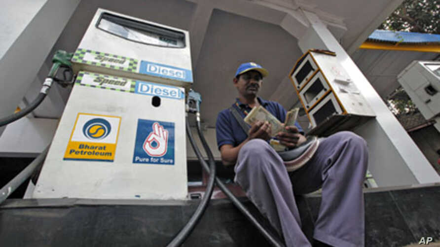 A worker counts Indian currency at a fuel station in Mumbai, India, 30 Dec 2010