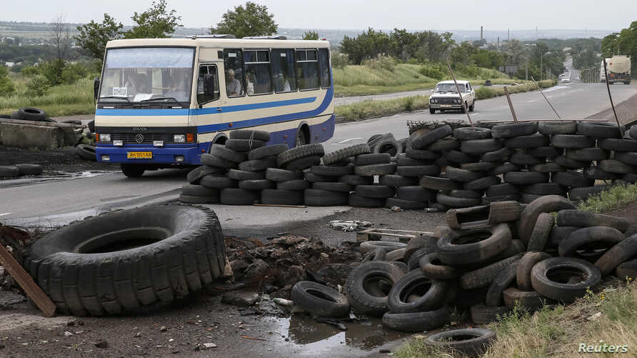 A bus drives past a pro-Russian activists checkpoint outside the eastern Ukrainian city of Druzhkovka, June 2, 2014.