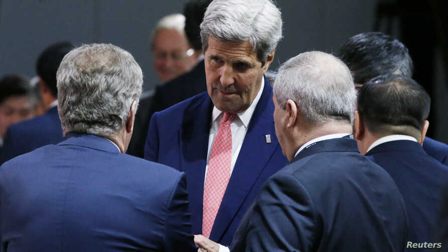 U.S. Secretary of State John Kerry speaks with fellow delegates at the start of the second plenary session of the Nuclear Security Summit in Washington, April 1, 2016.