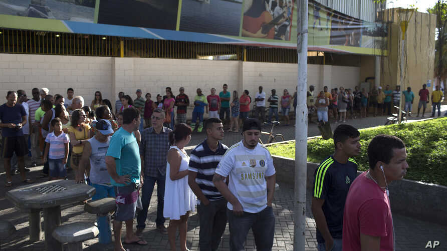 Residents wait in line to be vaccinated against yellow fever at a field hospital in Casimiro de Abreu, Brazil, March 17, 2017. The small city in the state of Rio de Janeiro is on high alert after authorities confirmed the death of one man from yellow