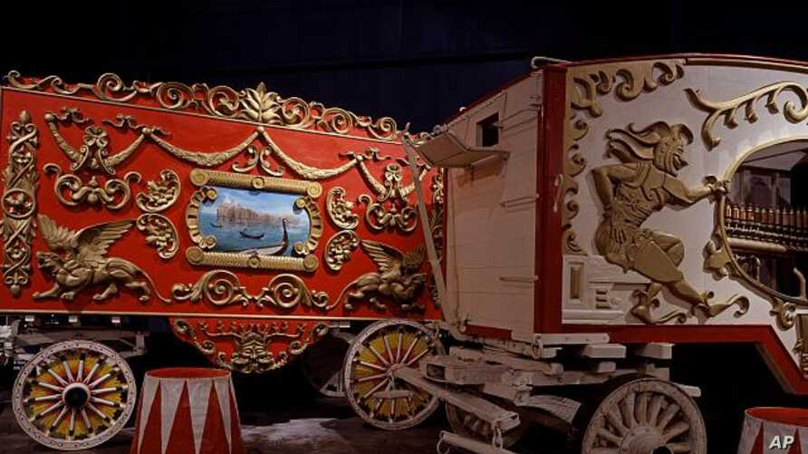 The indoor Ringling museum in Florida displays all sorts of circus artifacts, including this circus wagon (left), calliope (right) and colorful stands on which big cats performed and elephants rested their massive feet. (Carol M. Highsmith)