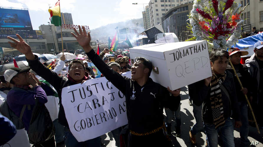 Students from El Alto Public University shout slogans against the government of President Evo Morales and carry a mock coffin representing Jonathan Quispe, a student who was killed in clashes, in La Paz, Bolivia, May 28, 2018.