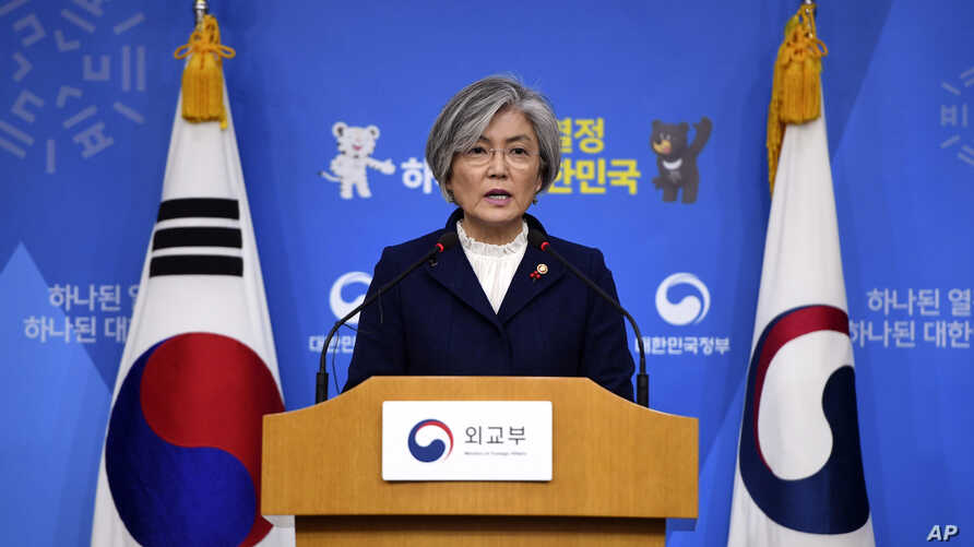 """South Korea's Foreign Minister Kang Kyung-wha speaks during a briefing on the 2015 South Korea-Japan agreement over South Korea's """"comfort women"""" issue at the Foreign Ministry in Seoul, Jan. 9, 2018."""
