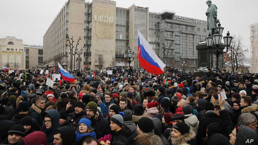 Protesters gather during a rally at Pushkin square in Moscow, Sunday, Jan. 28, 2018. Opposition politician Alexey Navalny calls for nationwide protests following Russia's Central Election Commission's decision to ban his presidential candidacy.