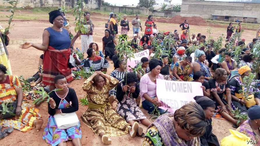 Women listen to a speaker at a protest against an ongoing conflict between government forces and armed separatists, in Bamenda, Cameroon, Sept. 7, 2018. (M.E. Kindzeka/VOA)