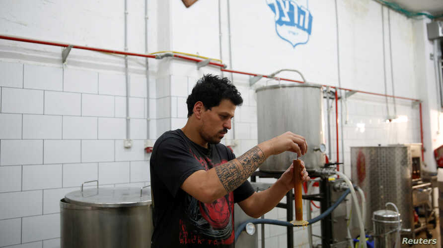 Itai Gutman, owner of Herzl Brewery which produced a craft beer from wheat that Tel Aviv University geneticists identified as the strain used for beer in the Holy Land two millennia ago, works at the brewery in Jerusalem, April 18, 2016.