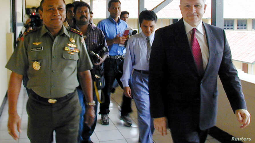 FILE - Retired U.S. general Anthony Zinni, right, walks with Major General Djali Yusuf, the military commander in Indonesia's Aceh province, after their meeting in Banda Aceh, Aug. 7, 2002.
