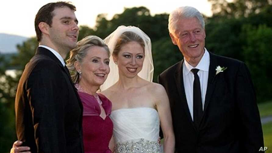 Former US President Bill Clinton (R) and wife US Secretary of State Hillary Clinton (2nd-L) are pictured with Chelsea Clinton (2nd-R) during her marriage ceremony with Marc Mezvinsky (L) on 31 July 2010 in Rhinebeck, New York