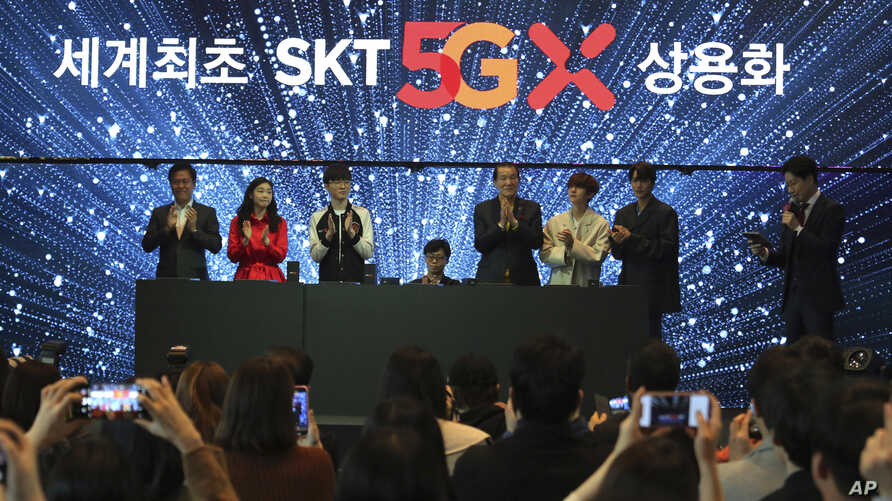 SK Telecom CEO Park Jung-ho, left, and participants attend a media showcase for the company's 5G service in Seoul, South Korea, April 3, 2019. SK Telecom will be launching commercial 5G services nationwide on Friday.