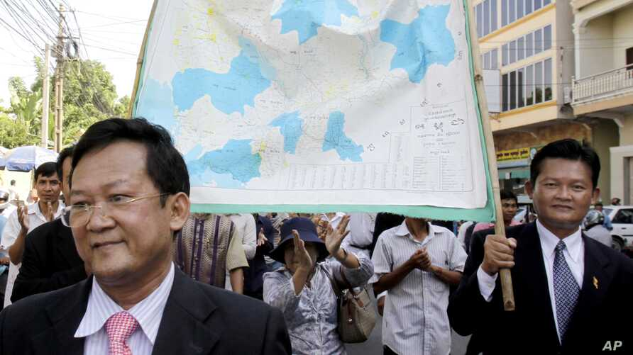 The Opposition Sam Rainsy Party's lawmakers and supporters, hold a Cambodia map for their protecting Cambodia territory with Vietnam while walking on the street in Phnom Penh, file photo. (AP Photo/Heng Sinith)