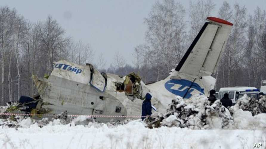 Russian Emergency ministry rescue workers search the site of the ATR-72 plane crash outside Tyumen, a major regional center in Siberia, Russia, April 2, 2012.