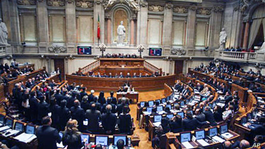 Portuguese members of the main opposition center-right Social Democratic Party (Foreground L) stand up to abstain during the final vote of the Portuguese government's 2011 state budget proposal, 26 Nov 2010 in Lisbon