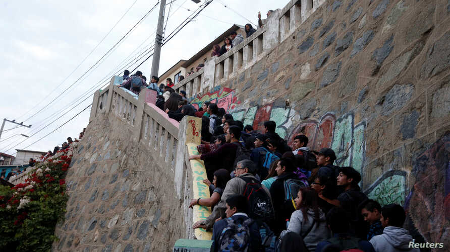 People walk up stairs after a mass evacuation of the entire coastline during a tsunami alert after a magnitude 6.9 earthquake hit off the coast in Valparaiso, Chile, April 24, 2017.