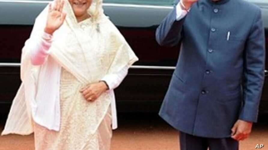 Indian Prime Minister Manmohan Singh (R) and Bangladeshi Prime Minister Sheikh Hasina (L) wave to media, 11 Jan 2010
