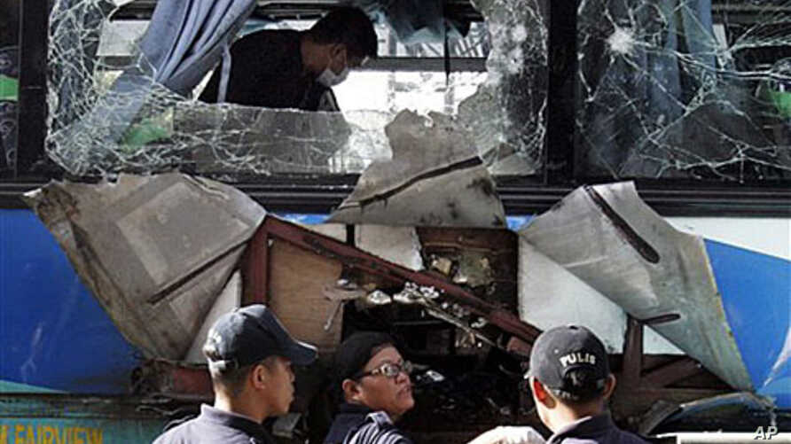 Police investigators search for clues after an explosion of a bus in Manila's main highway in suburban Makati City, Philippines, 25 Jan 2011