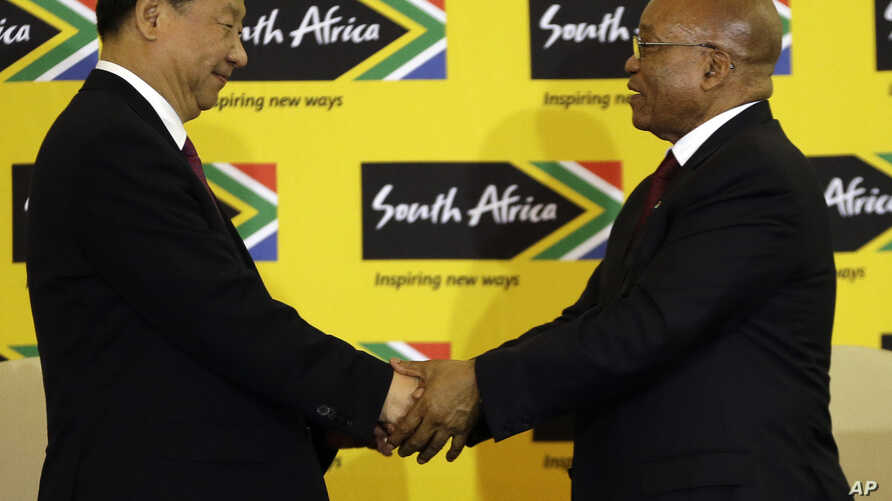 South African President Jacob Zuma (R) shakes hand with visiting Chinese President Xi Jinping after their joint media conference at Union Building Pretoria, South Africa, Dec. 2, 2015.